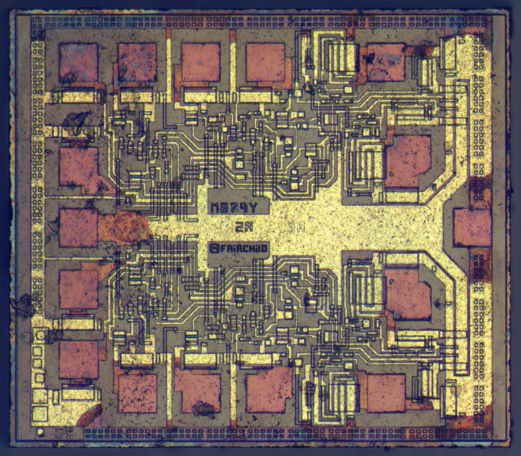 Kombináciou základných logických hradiel sme skladali čoraz komplexnejšie obvody. V tomto prípade ide o duálny preklápací obvod firmy Fairchild, zložený zo štyroch logických hradiel AND, dvoch NAND, jednej NOR a jednej NOT. Obsahuje teda desiatky tranzistorov
