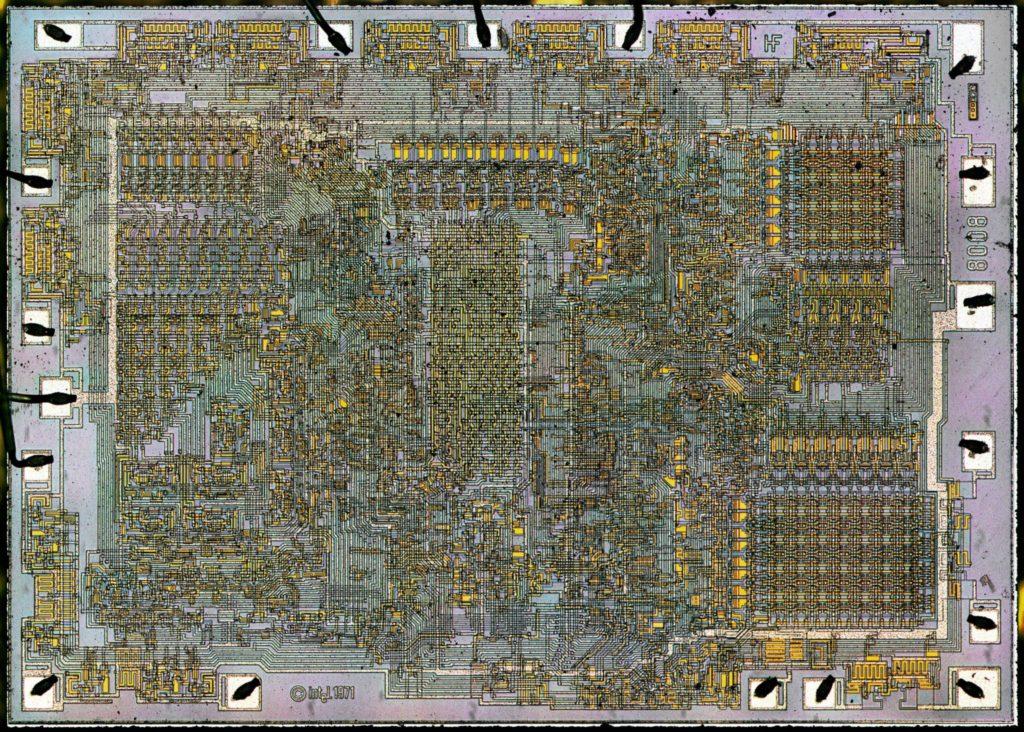 Vyrobený procesor Intel 8008, každý prvok, vodič a jeho poloha boli naplánované ručne