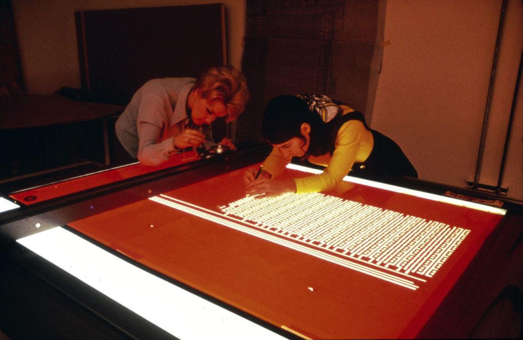 Techničky vo firme Intel v polovici 70. rokov vyrezávajú z rubylitu jednotlivé prvky, ktoré sa budú vyrábať na waferoch