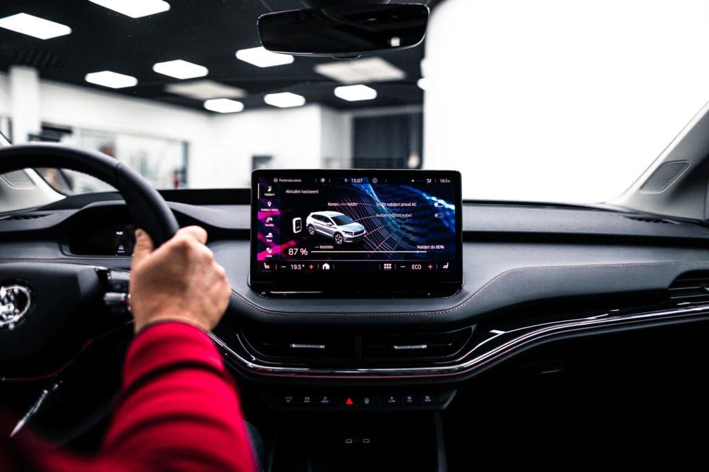 Infotainment pri elektrických autách poskytuje aj možnosť plánovania nabíjania (Škoda ENYAQ)