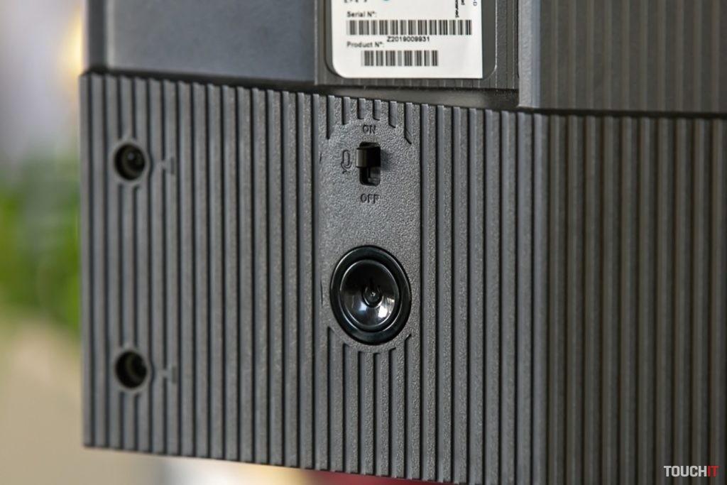 Vypínač mikrofónu v zadnej časti