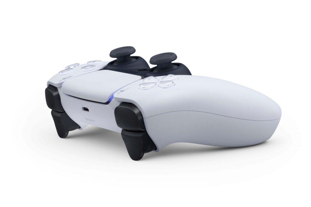 Sony výraznejšie upravilo svoj herný ovládač ako Microsoft. Pridalo aj haptickú spätnú väzbu