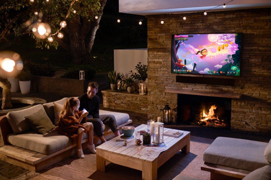 Televízor The Terrace do vonkajšieho prostredia aj so soundbarom.