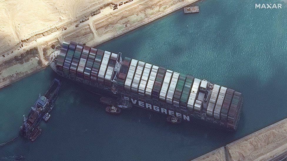 Zablokovanie lode Evergreen v Suezskom preiplave. Zdroj: SATELLITE IMAGE ©2021 MAXAR TECHNOLOGIES