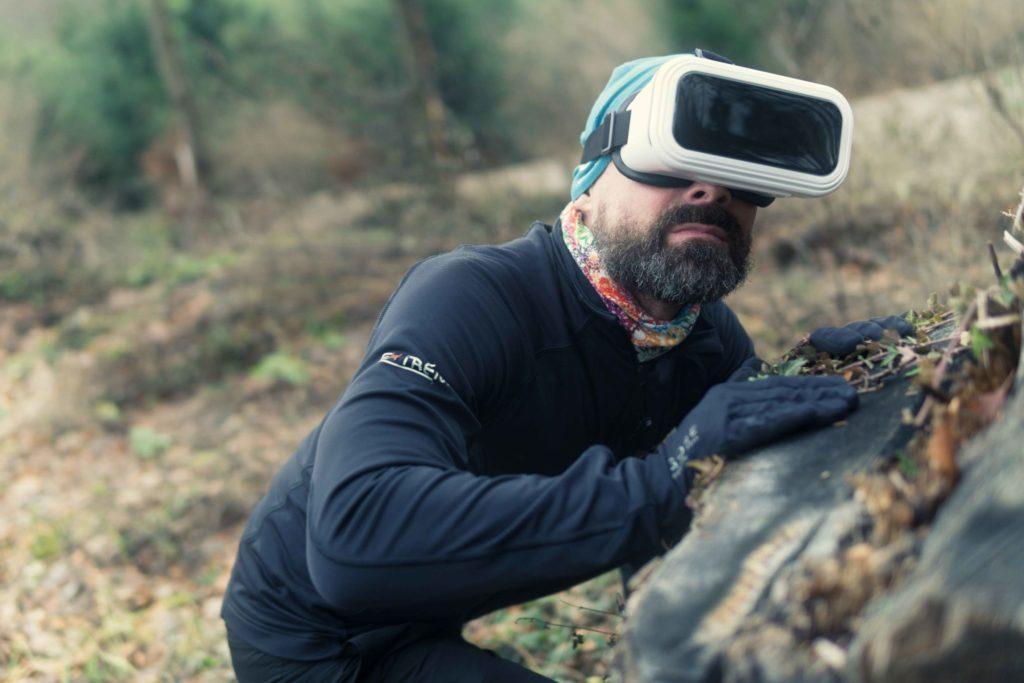 Virtuálna realita iba s čipom za uchom alebo na spánkovej časti mozgu? Zatiaľ v nedohľadne
