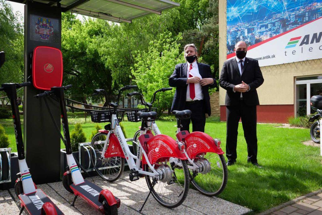 Generálny riaditeľ Antik Telekom Kulla a primátor mesta Košice pri uvádzaní stratégie zdieľaných vozidiel.