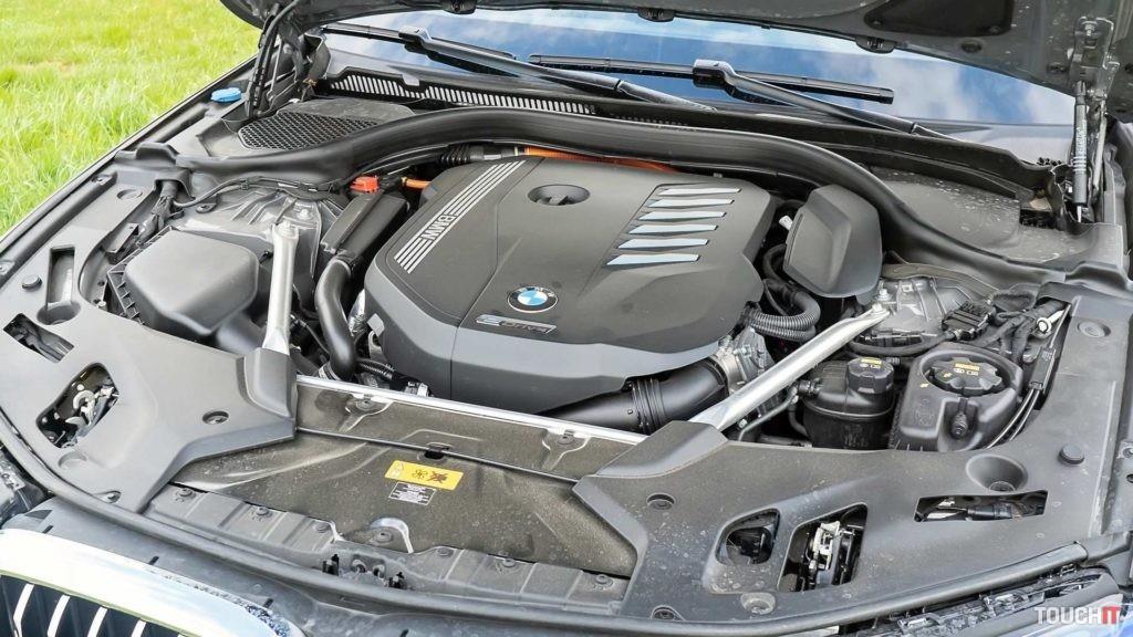 Kombinácia 6-valcového benzínového motora a elektrického motora na BMW 545e