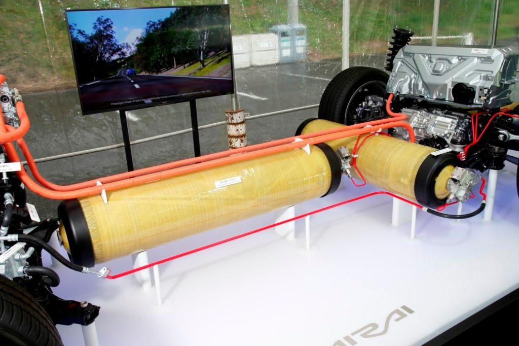 Nádrže na vodík usporiadané v tvare písmena T. Zdroj: Toyota