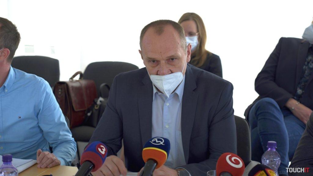 Riaditeľ NCZI, Pavol Capek pri vysvetľovaní princípu činnosti dočasného potvrdenia.