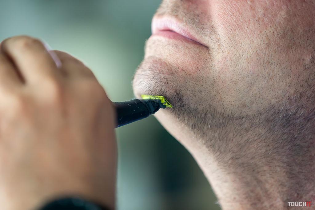 Philips OneBlade Pro pri holení časti pod bradou.