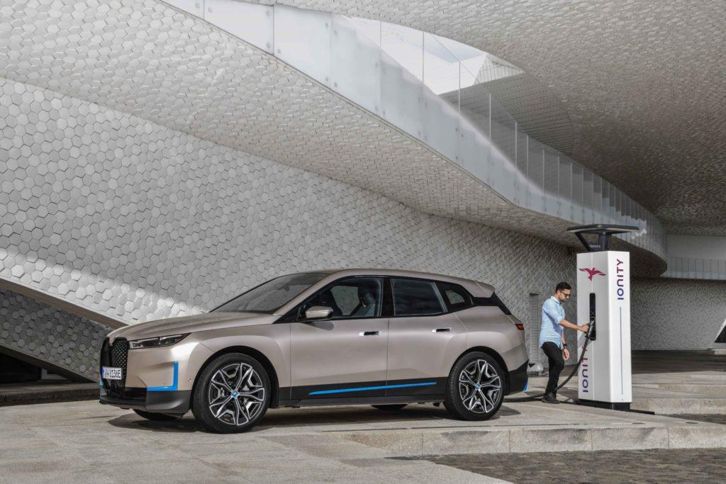 BMW iX je elektrické auto sextra výkonným nabíjaním