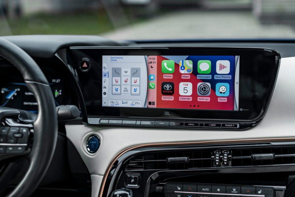Veľký multimediálny dotykový displej so zrkadlením obrazoviek mobilu. Zdroj: Toyota