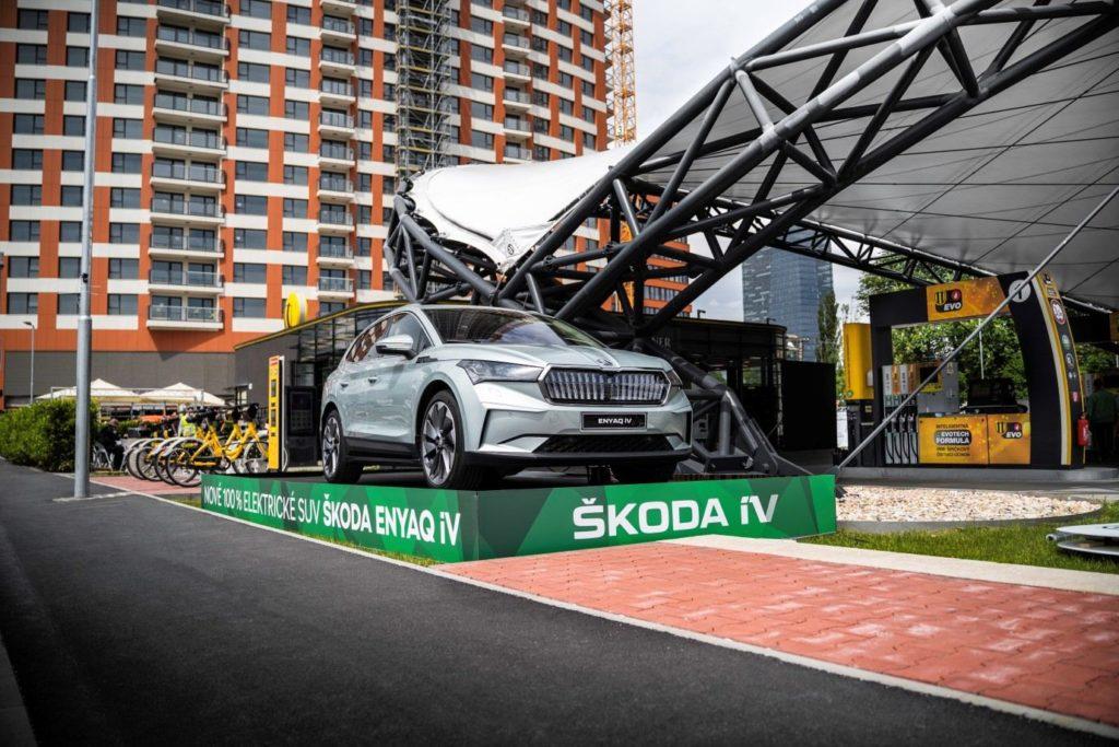 Škoda ENYAQ iV so svietiacou prednou maskou na čerpacej stanici Slovnaft.