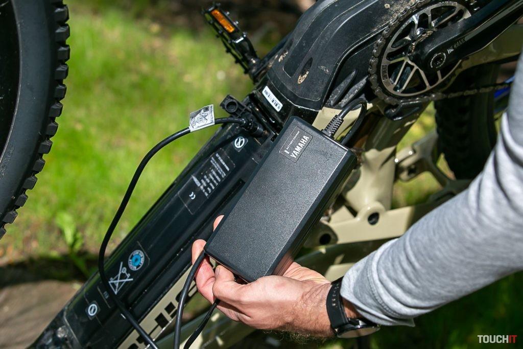 Nabíjanie batérie dodávanou nabíjačkou Yamaha.