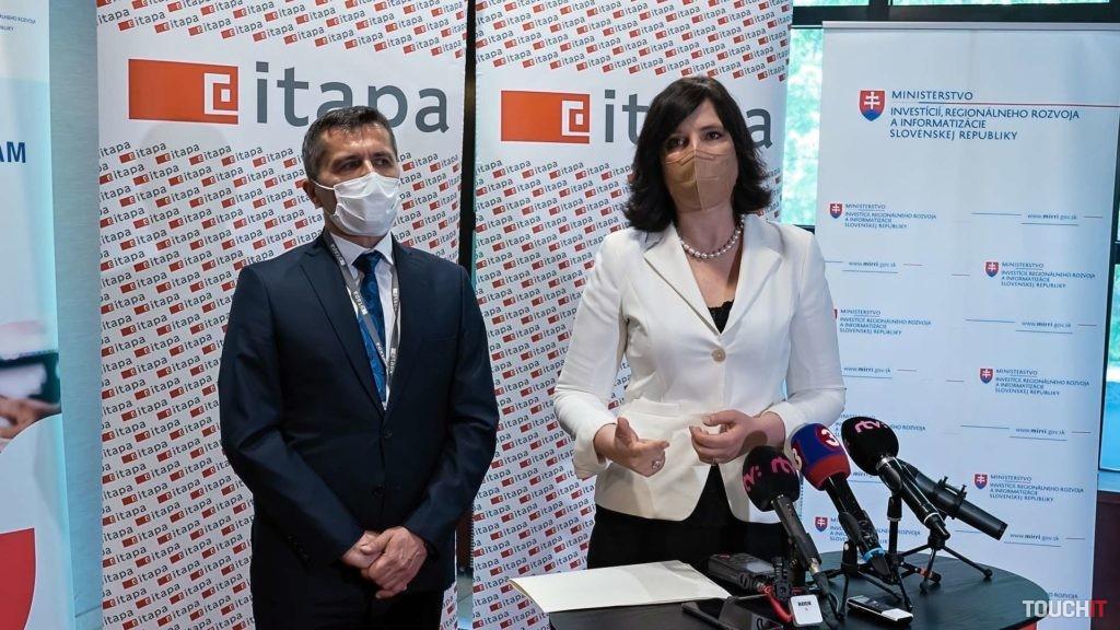 Veronika Remišová počas tlačového brífingu spolu so štátnym tajomníkom Marekom Antalom.