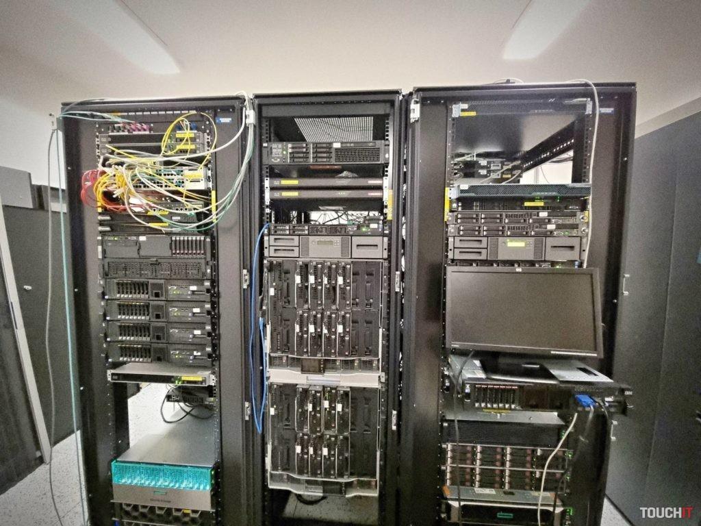 Časť serverového vybavenia NCZI. ďalšia väčšia časť sa nachádza v inej časti Bratislavy.