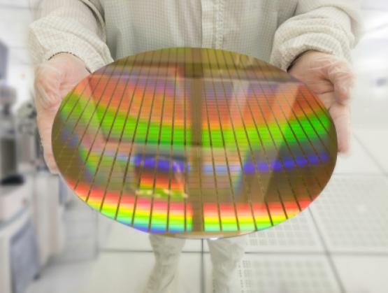 300 mm wafer. Jeho kruhový tvar vychádza z minimalizácie strát pri výrobe.