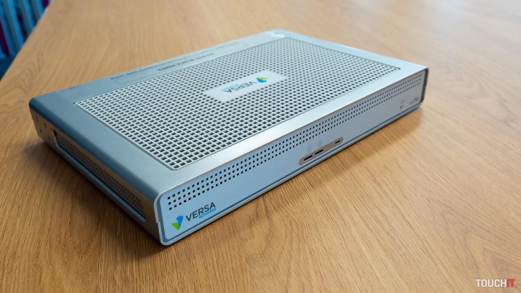 Samotné zariadenie pre SD-WAN od Versa Networks.