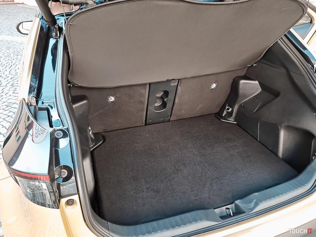 Batožinový priestor delený v pomere 40:20:40 na Toyota Yaris Cross Premium Edition. Zdroj: Ondrej Macko/TOUCHIT.sk