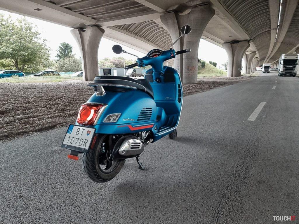 Vespa GT300 SuperSport v efektnej modrej farbe.