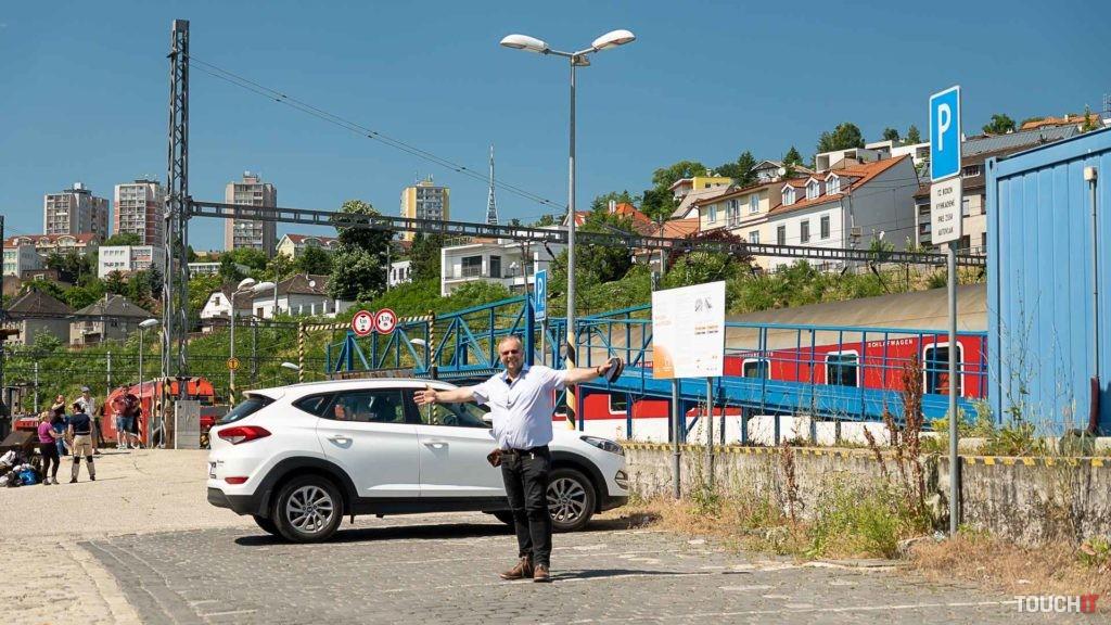 Miesto na parkovanie vozidiel pred ich naložením na autovozeň.