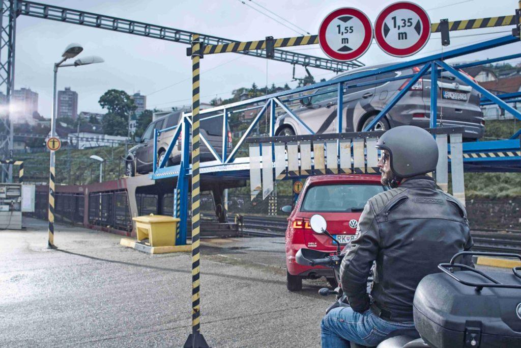 Vlakom si do Splitu môžete vziať aj auto či motorku.
