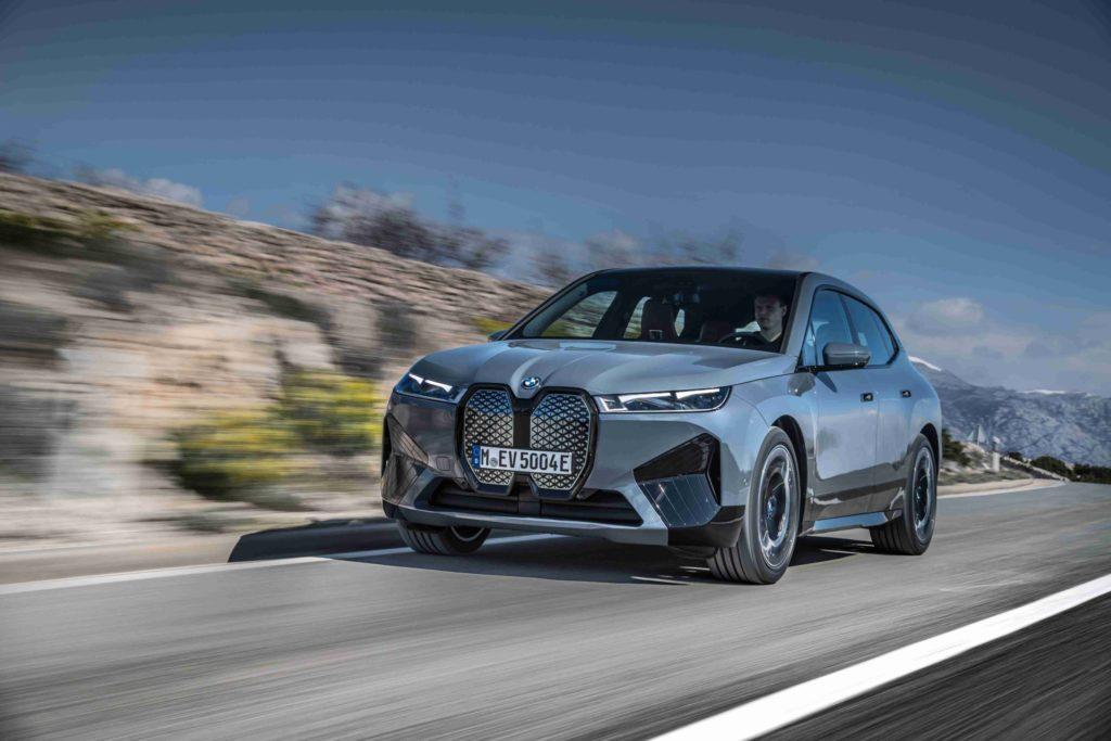 BMW iX ako mohutné SAV s čisto elektrickým pohonom.