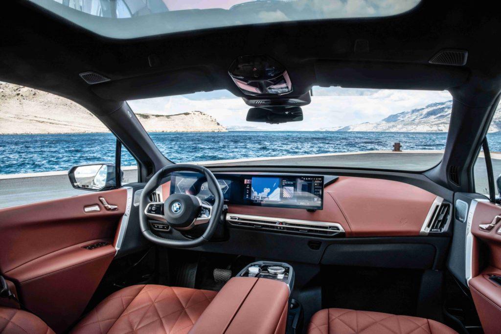 Veľkorysý priestor vo vnútri BMW iX.