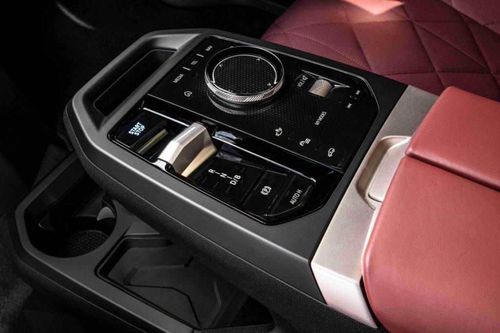 Centrálna konzola BMW iX.