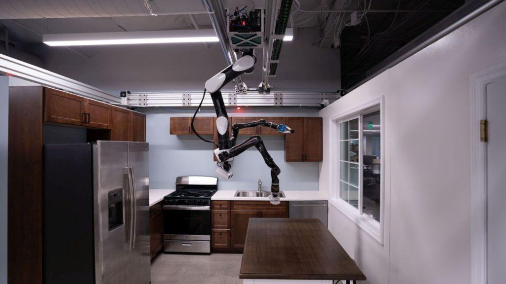 Robot pohybujúci sa po strope.
