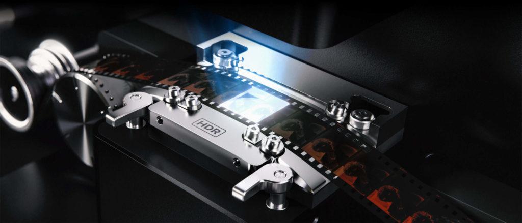 35mm pás filmu prebieha skenerom Cintel od firmy Black Magic