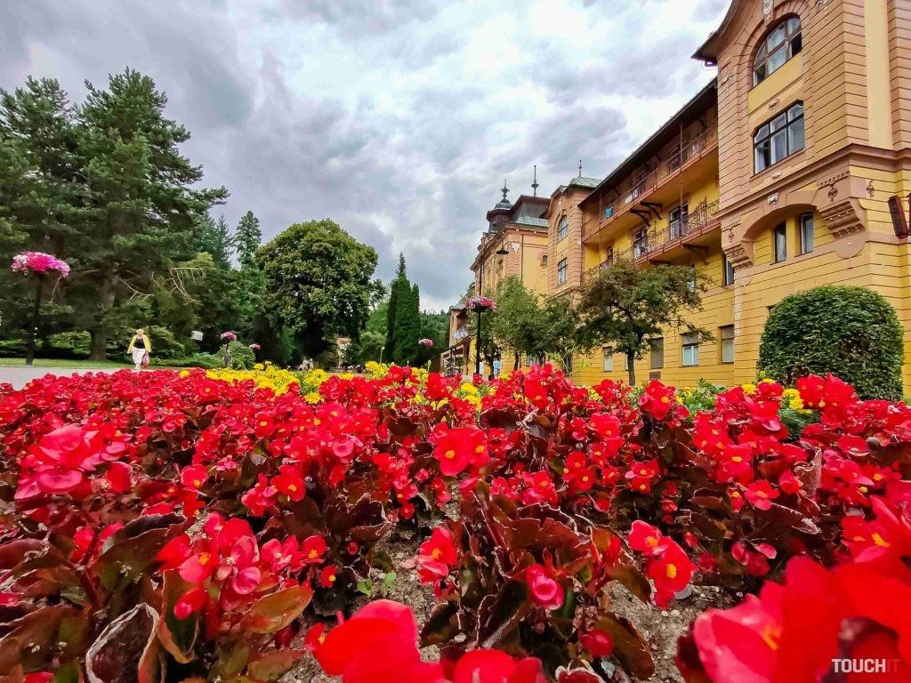 Bardejovské kúpele sú plné kvetín a pri širokom ohnisku telefón dokázal zachytiť pokojnú atmosféru tohto miesta