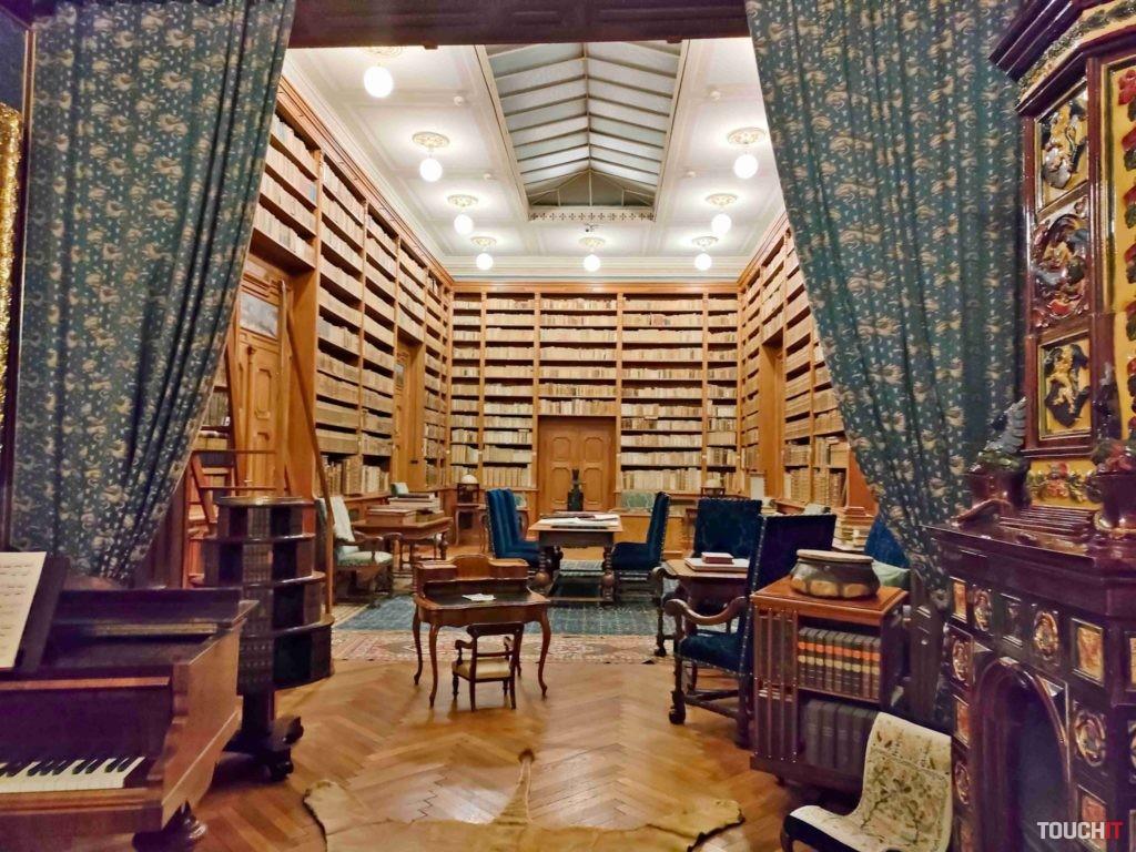 Knižnica v kaštieli Betliar je opäť krásnou príležitosťou na preverenie toho, ako si OPPO Reno 5 dobre poradil s nedostatkom svetla