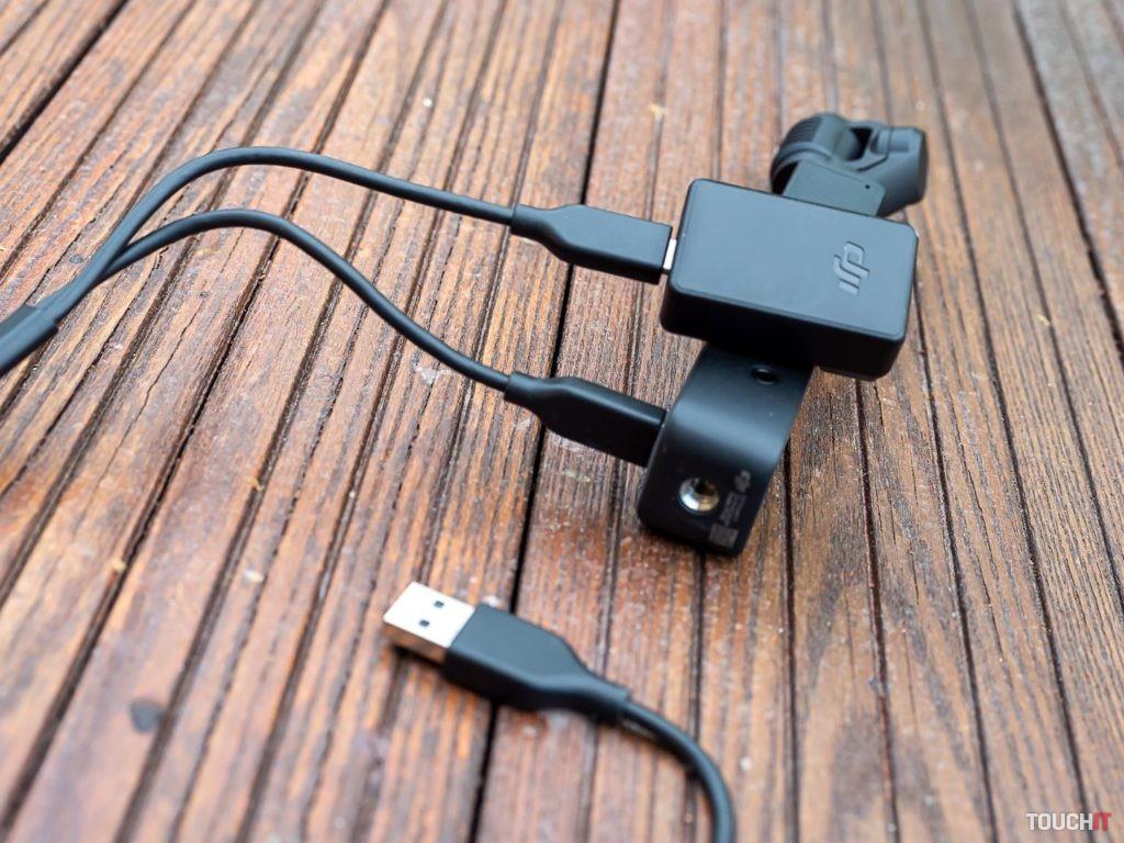 Combo balenie obsahuje aj kábel na súčasné nabíjanie modulov. Zdroj: Ondrej Macko/TOUCHIT.sk