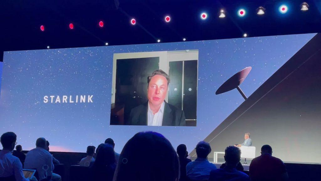 Elon Musk počas svojej prednášky na MWC 2021. Zdroj: StarlinkFree.com