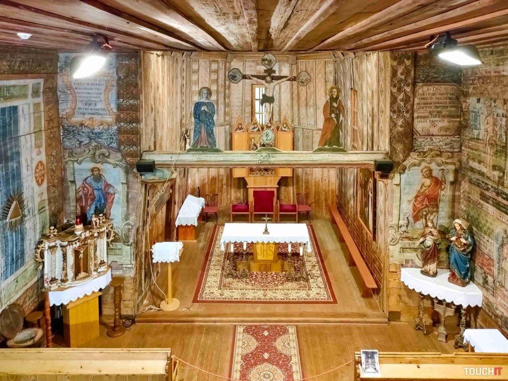 Oltár dreveného kostolíka sv. Františka z Assisi v Hervartove dobre preveril ako OPPO Reno 5 zvládne intenzívne farby pri umelom osvetlení