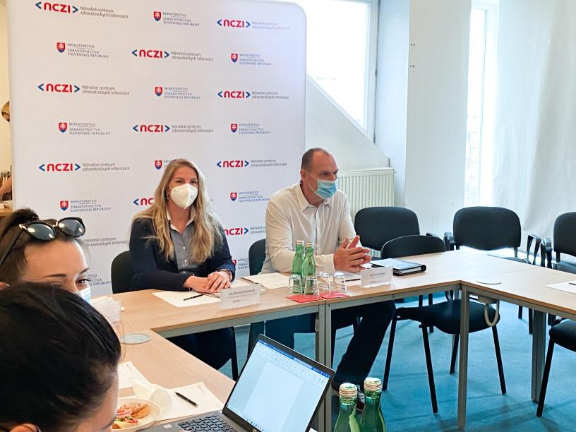 Zľava: Barbora Mareková, riaditeľka Úseku stratégie a rozvoja NCZI. Pavol Capek, generálny riaditeľ NCZI