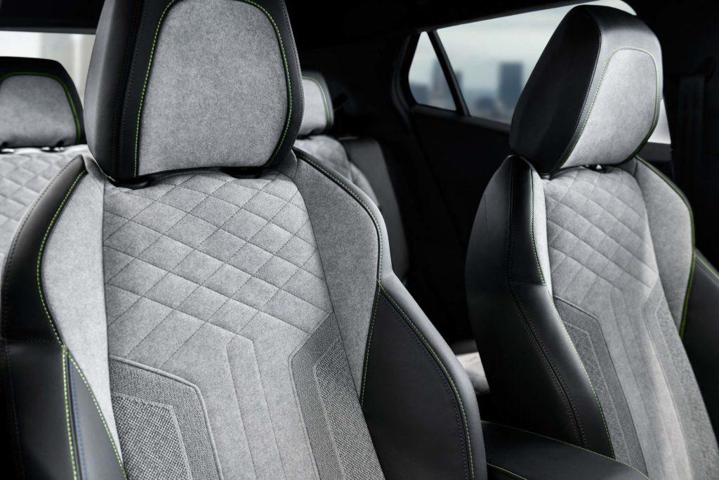 Príjemné sedenie. Peugeot e-2008 GT