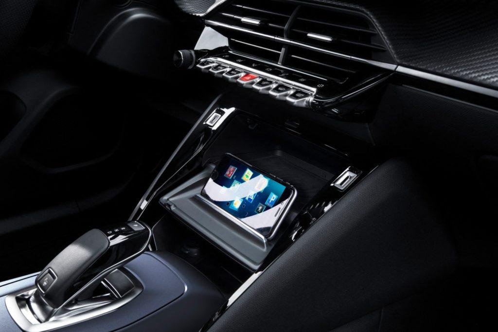 Odkladanie smartfónu. Peugeot e-2008