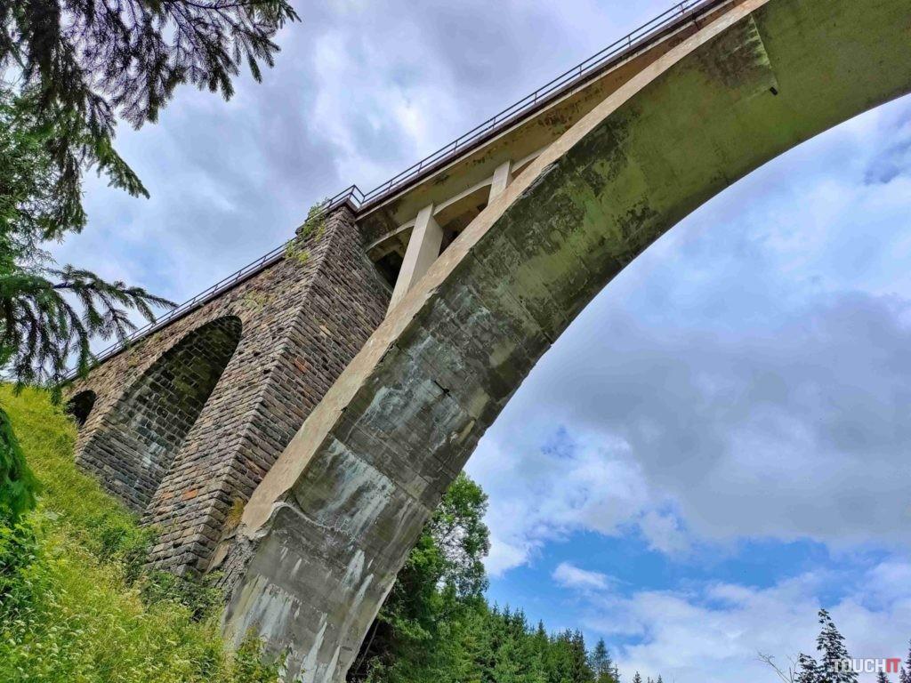 Viadukt v Telgárte veľmi dobre ukazuje architektúru a fotka prezrádza, že telefón si dobre poradil aj s časťami v tieni. Zdroj: Ondrej Macko/TOUCHIT.sk