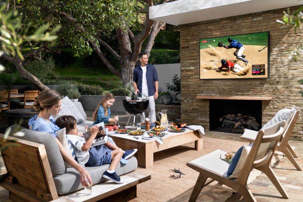 Na oficiálnych fotkách Samsung jasne ukazuje, ako by mal byť televízor The Terrace byť umiestnený - je to čiastočne v tieni a nie na priamo slnečnom svetle.