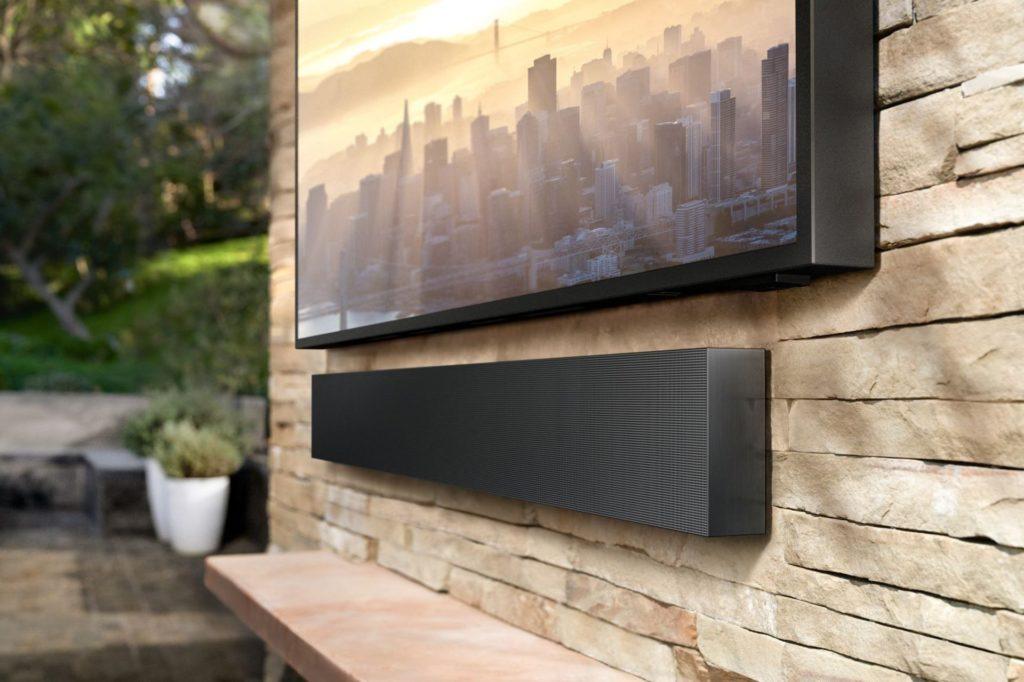 Soundbar bol umiestnený pod televízorom a prepojený pomocou Bluetooth pripojenia.
