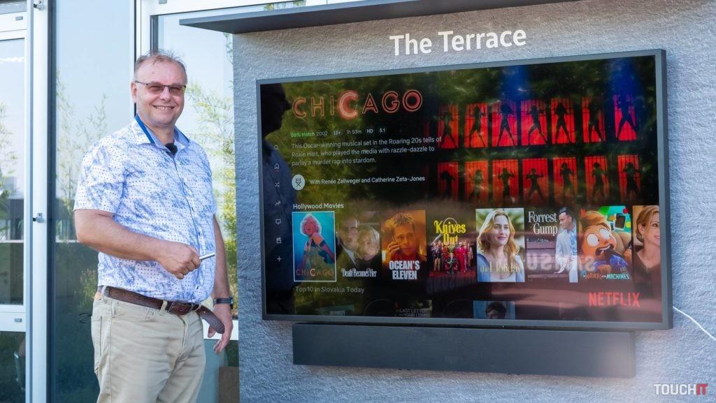 Televízor The Terrace v 65-palcovom vyhotovení priamo na terase firmy Samsung.