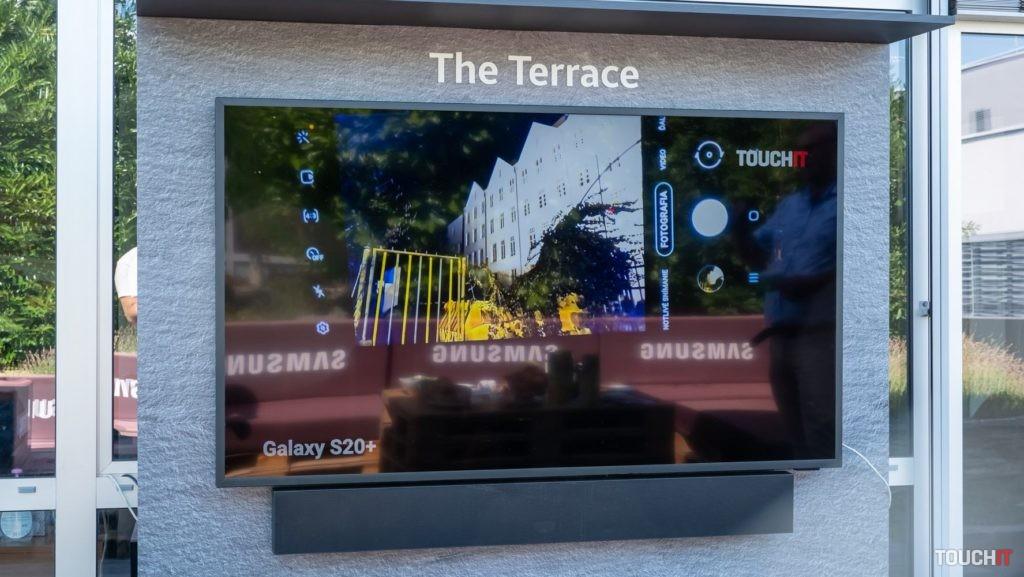 Odraz loga Samsung na displeji The Terrace.