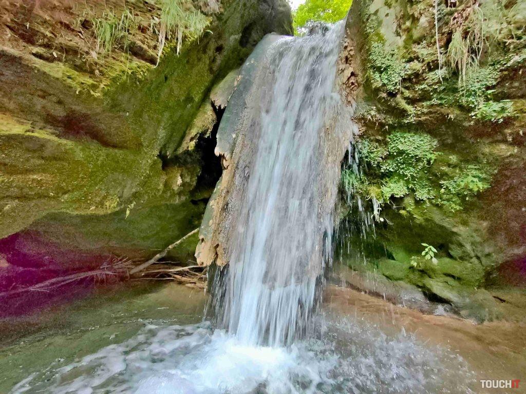 V režime profesionálneho fotenia je možné nastaviť dlhšiu clonu aby viac vynikol prúd vody. Vodopád pri obci Háj.