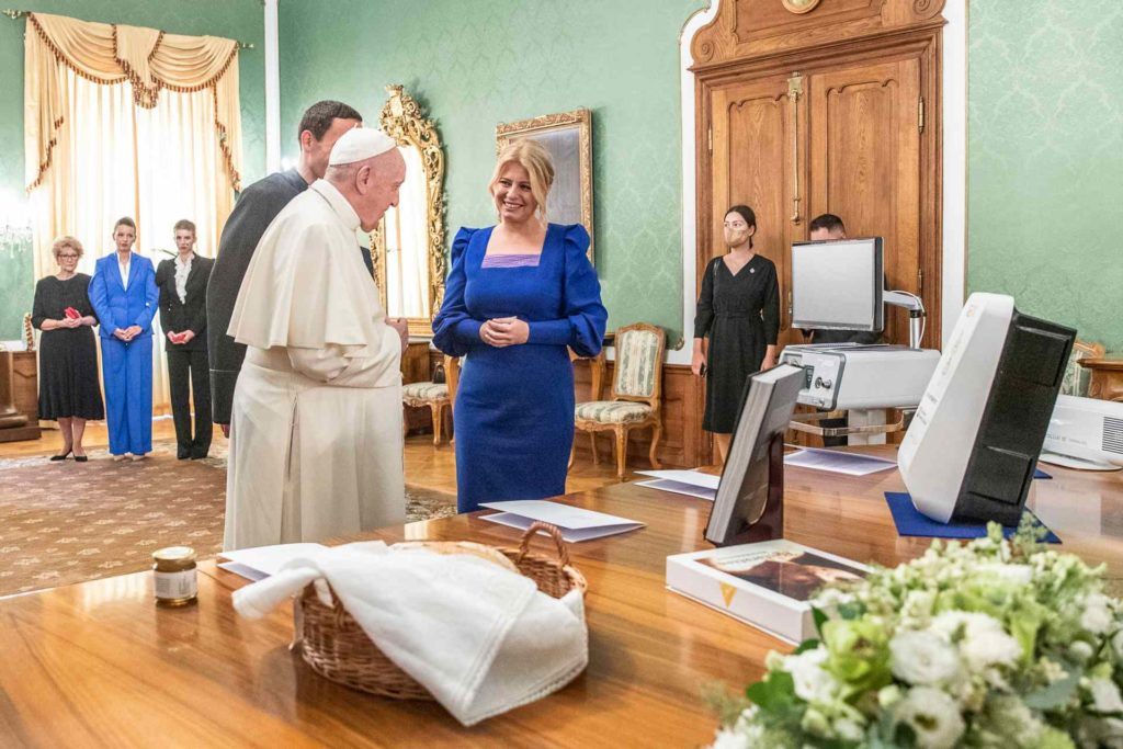 Stretnutie pápeža Františka a prezidentky SR Zuzany Čaputovej v zelenom salóniku Prezidentského paláca pri príležitosti predávania darov