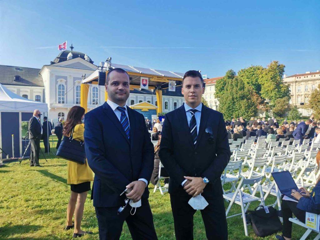 Zakladateľ spoločnosti AgeVolt Ján Zuštiak (vľavo) a spoluzakladateľ spoločnosti Ivan Lindovský (vpravo) v záhrade Prezidentského paláca v Bratislave dňa 13. 9. 2021.