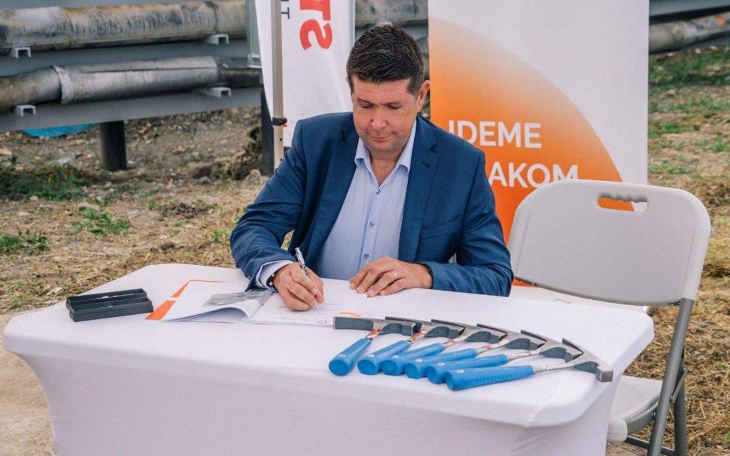 Predseda predstavenstva ZSSK Roman Koreň podpisuje Zmluvu o dielo Technicko-hygienickej údržby železničných koľajových vozidiel pre stredisko Zvolen
