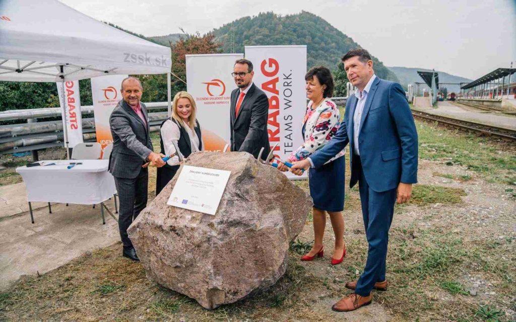 Prítomní poklepali základný kameň novej stavby THÚ vo Zvolene, ktorá sa začne realizovať v najbližších týždňoch